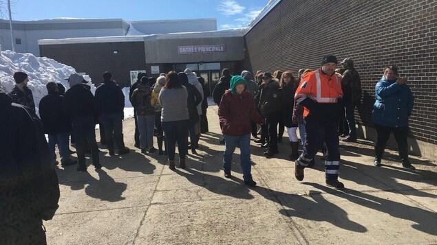 Des parents se sont rassemblés à l'extérieur de l'École secondaire Népisiguit lorsqu'ils ont eu vent des menaces et des mesures de confinement.