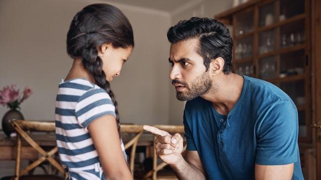 Un père sermonne sa fille.