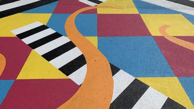 Dessins peints sur le sol.