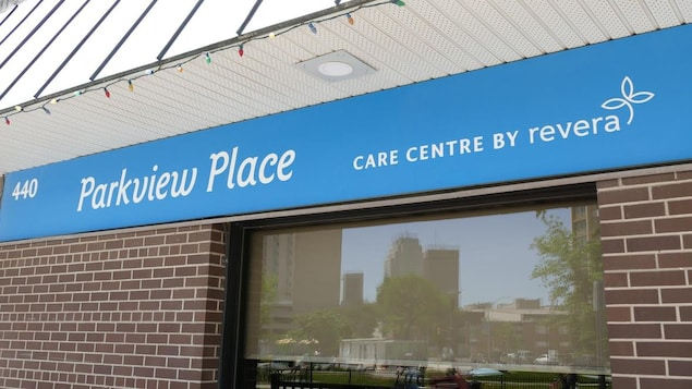 La devanture du foyer de soins Parkview Place au centre-ville de Winnipeg.