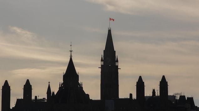 Le parlement canadien dans la pénombre.