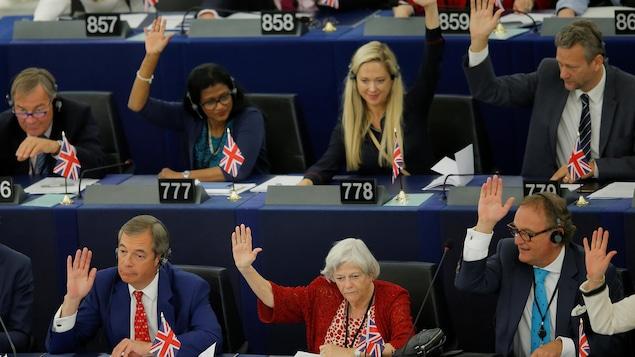Des membres du Parlement européen participent à un vote concernant le Brexit.