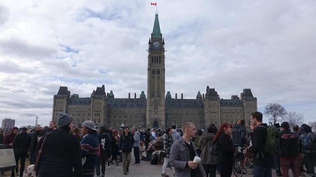 Des milliers de personnes, rassemblées en faveur de la légalisation de la marijuana, devant le parlement du Canada