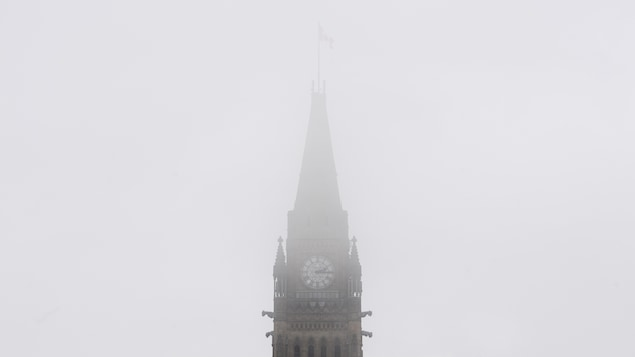 L'horloge est enveloppée de brouillard.