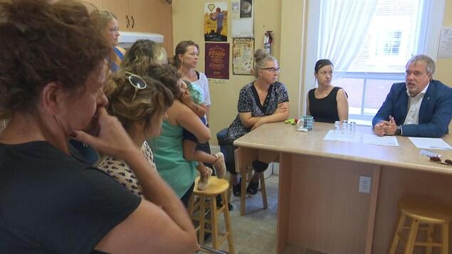 Vincent Couture s'adresse à des parents et des enfants dans une cuisine.