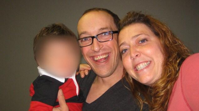 Pascal Allard, Eveline Gill et le bébé adoptif, visage masqué.
