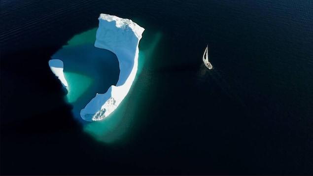 Un voilier et un glacier