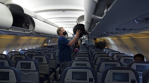 Un passager à bord d'un avion