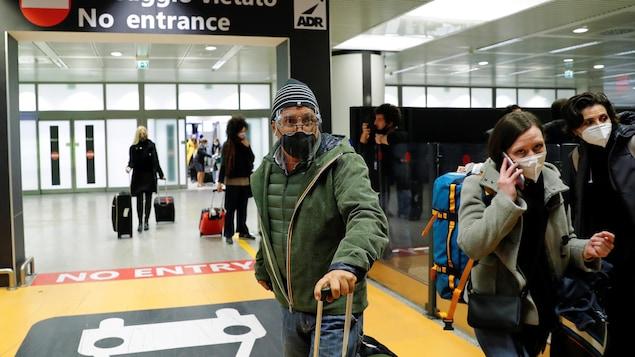 Des passagers à l'aéroport de Fiumicino.