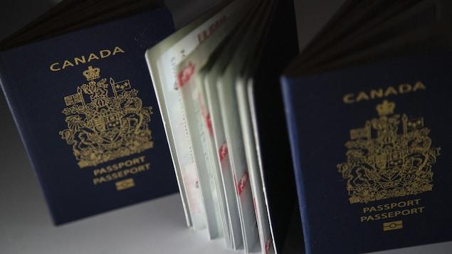 Trois passeports canadiens en gros plan.