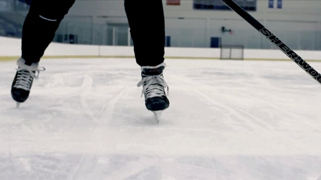 Patins et bâton de hockey