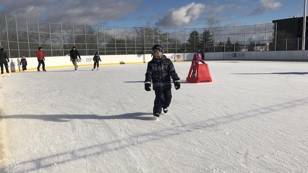 Un petit garçon qui patine.