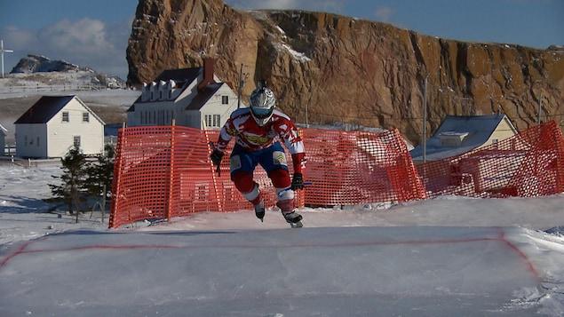 Un patineur s'élance sur la piste glacée.