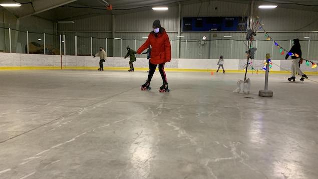 Une participante en patin à roulettes.