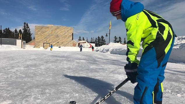 Des jeunes jouent au hockey sur la patinoire extérieure aménagée près du Géoparc.