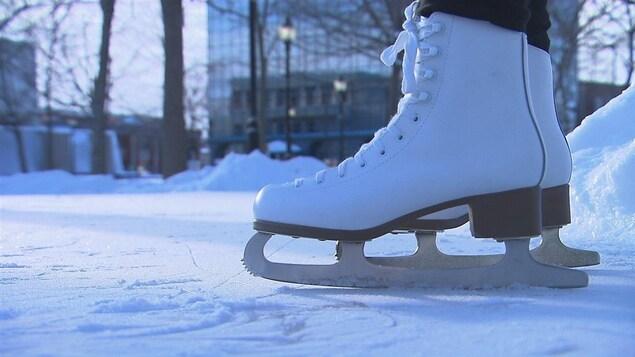Patins sur une patinoire extérieure.