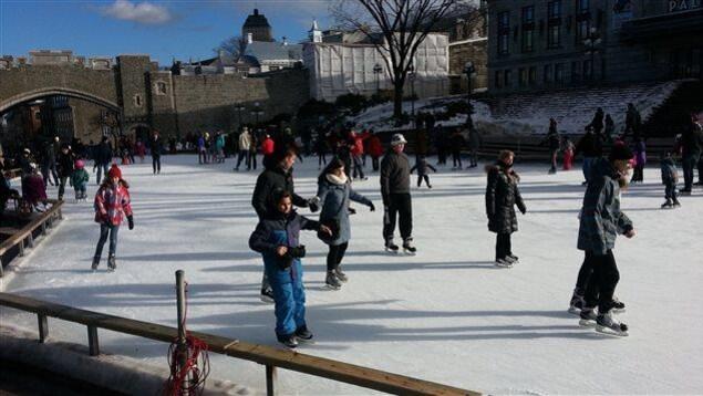 Des patineurs à la place D'Youville, en hiver