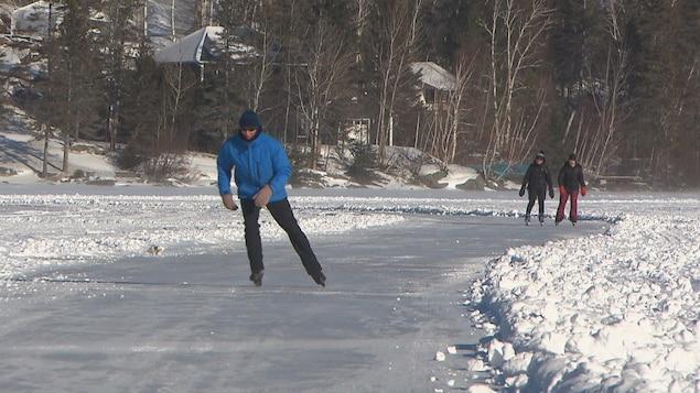 Des patineurs sur le sentier glacé.