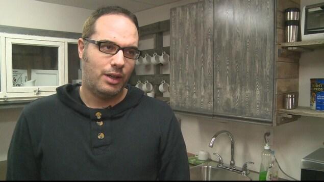 Patrick Desbiens en entrevue dans une des deux cuisines de la Maison Oxygène.