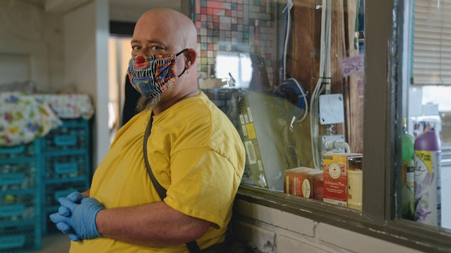Patrick Sigouin à l'accueil du centre Mustard Seed dans le centre-ville d'Edmonton.