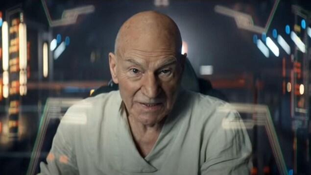Patrick Stewart interprète le capitaine Jean-Luc Picard dans une cabine de vaisseau spatial.