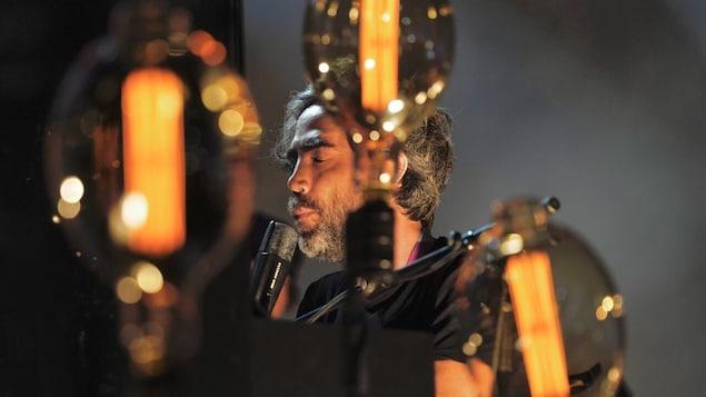 Patrick Watson chante sur scène.