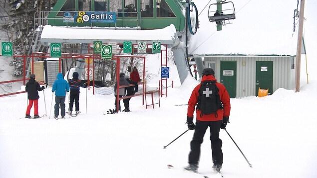 La présence de la Patrouille canadienne de ski est obligatoire sur les pentes de ski alpin