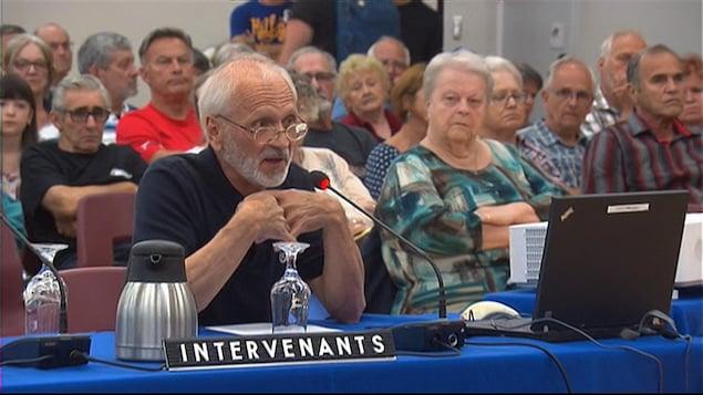 Un citoyen prend la parole lors des audiences du BAPE.