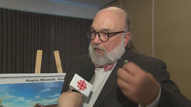 Paul McGraw répond aux questions d'un journaliste hors champ.