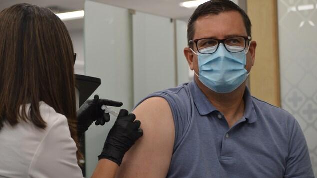 Le ministre de la Santé de la Saskatchewan Paul Merriman se fait vacciner contre la grippe.