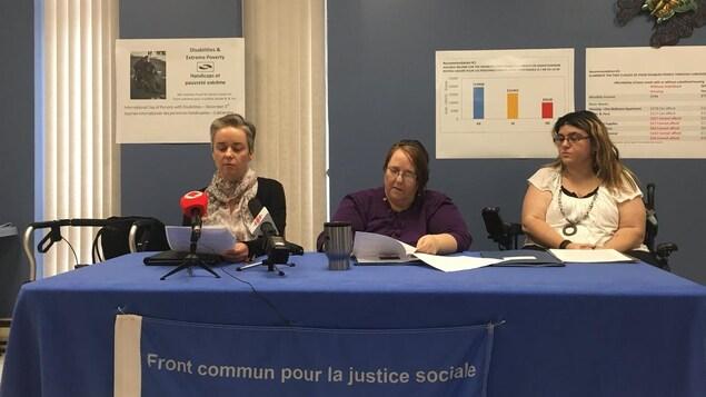 Trois dames donnent une conférence de presse
