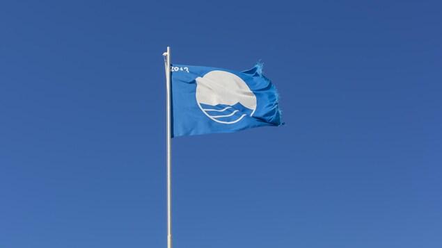 Le drapeau du Pavillon Bleu.