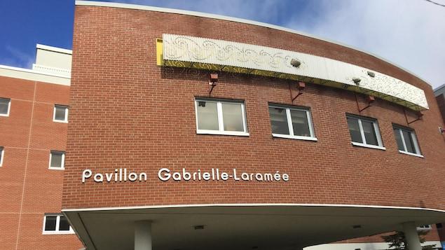 La façade du pavillon Gabrielle-Laramée de l'hôpital de Rouyn-Noranda.
