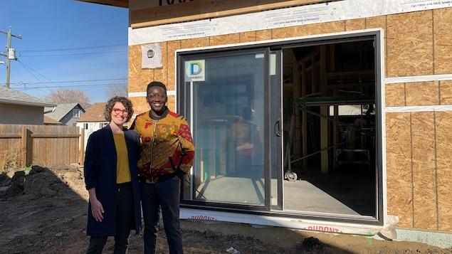 Katelyn et Marvin Onaba posent devant leur pavillon-jardin en construction.