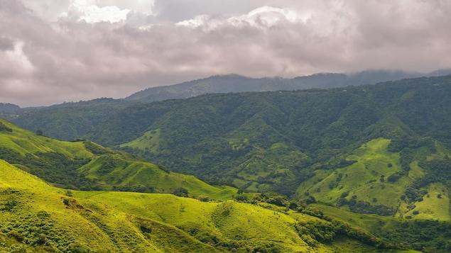 Un paysage montagneux sous un ciel nuageux.