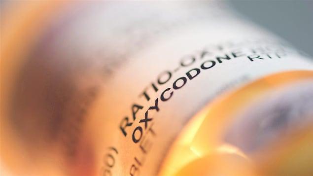 Une bouteille de comprimés contenant de l'oxycodone et de l'acétaminophène