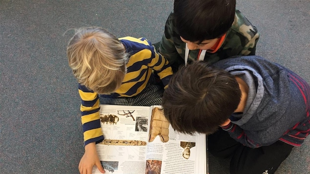 Des enfants lisent à la bibliothèque de l'École Les Aiglons, en Colombie-Britannique.