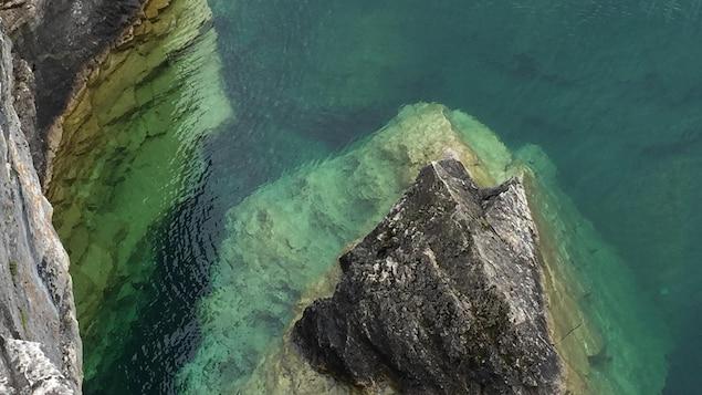 Eaux transparentes du lac Huron sur la Péninsule-Bruce dans le Nord de l'Ontario