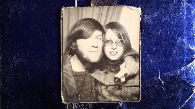 Vue sur une photo en noir et blanc du jeune couple à l'époque.