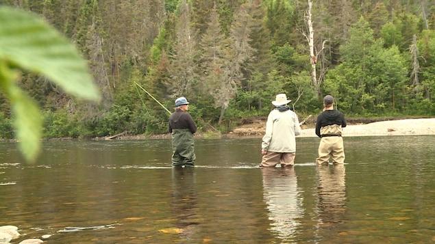 Des participantes à cette activité d'initiation expérimentent les subtilités de ce type de pêche.