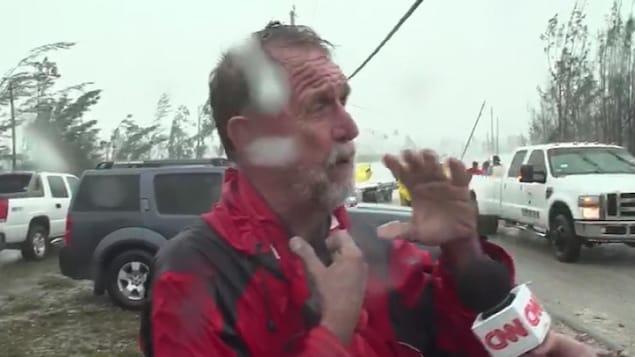 Howard Armstrong en entrevue, sous la pluie.