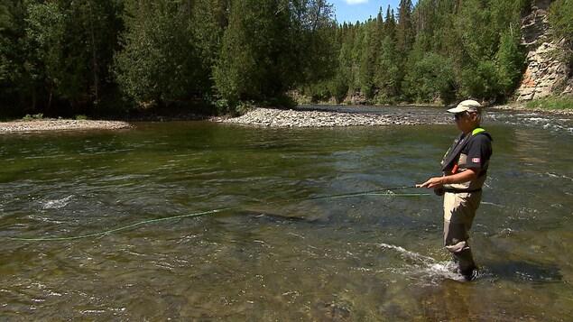 Un pêcheur de saumon dans la rivière