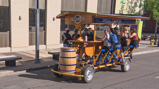 Ce véhicule-bicyclette à 15 places surnommé le « Pedal pub » permet aux gens de découvrir Saskatoon en groupe tout en consommant une boisson rafraîchissante.