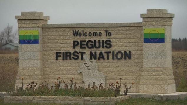 Une affiche en pierre indiquant l'entrée de la Première Nation Peguis.