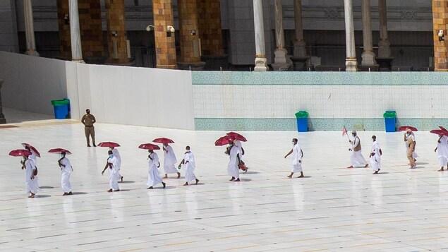 Des pèlerins en procession à la Mecque