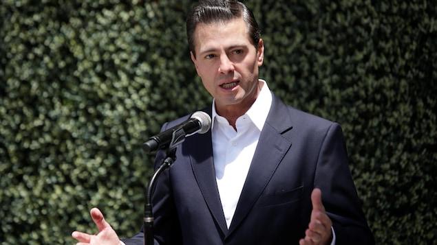 Enrique Pena Nieto s'adresse aux médias après avoir voté dans un bureau de vote lors de l'élection présidentielle à Mexico.