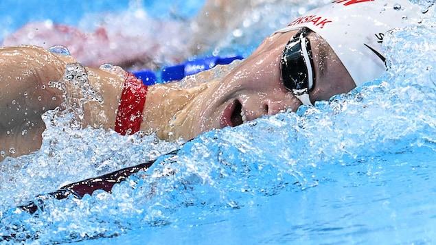 Gros plan sur le visage de Penny Oleksiak dans l'eau durant sa nage.