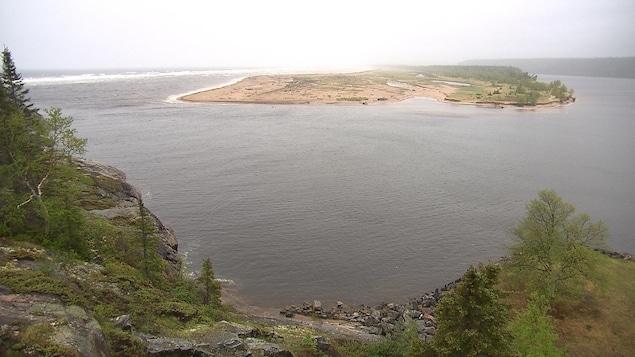 Un grand banc de sable avec à gauche la mer et à droite la rivère