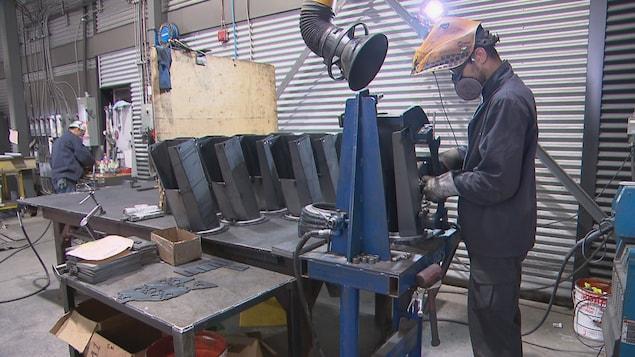 Un soudeur dans un atelier de transformation métallique.
