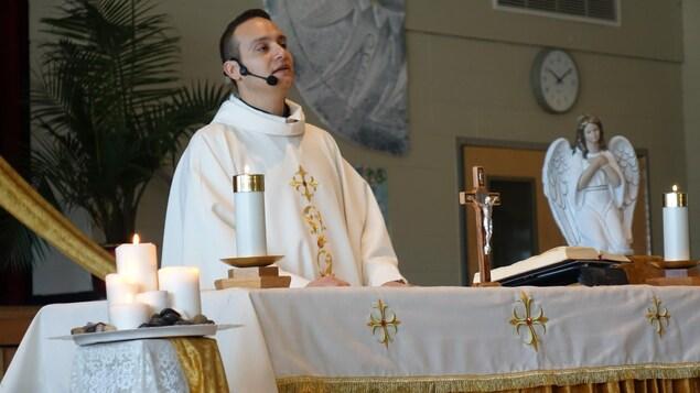 Le père Jean Al Alam lors d'une messe.